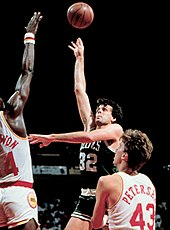Kevin McHale shooting over opponent.