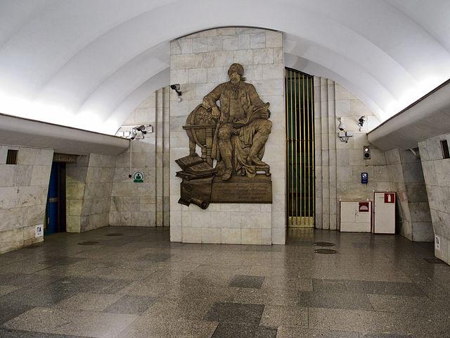 Станцию метро «Ломоносовская» в Петербурге закрывали из-за постороннего предмета в эскалаторе