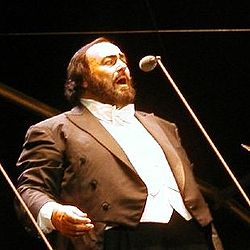 Luciano Pavarotti in una foto del 15 giugno 2002