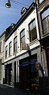 foto van Huis met brede lijstgevel en gevelsteen met zon.