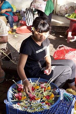Canang sari - Image: Making canang at Pasar Ubud