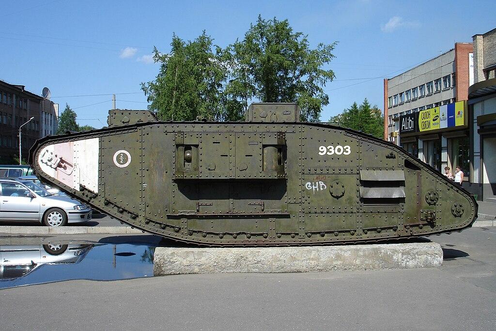 Захваченный красноармейцами британский танк Mark 5 в Архангельске