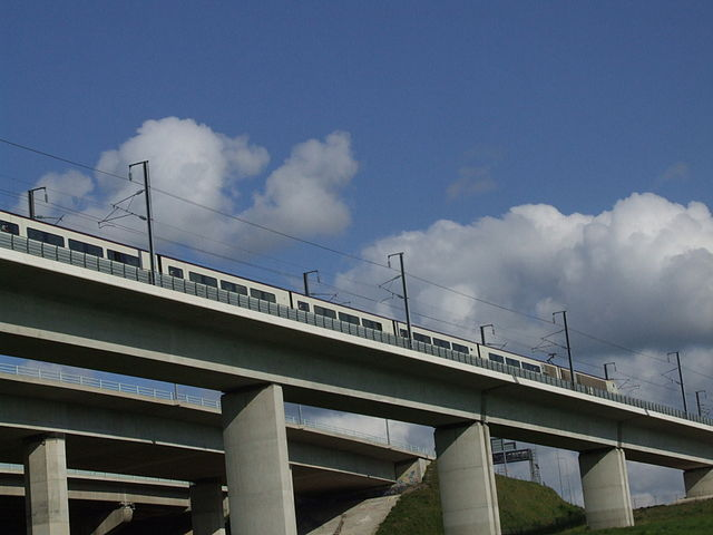 HS1 Medway crossing, Kent, by Clem Rutter (GNU Free Documentation License) http://commons.wikimedia.org/wiki/File:MedwayM2Bridge5566.JPG