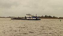 Motorduwboot Pernilla verplaatst een met bagger gevulde duwbak 02.jpg