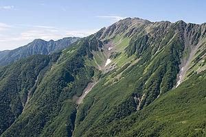日本語: 八本歯のコル付近より望む間ノ岳(標高3,189m) English: Mt. Ai...