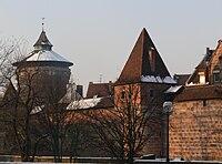 Nürnberg Frauentormauer Turm rotes N und Spittlertorturm.jpg