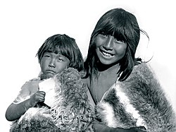 https://upload.wikimedia.org/wikipedia/commons/thumb/8/84/Niños_Selknam.jpg/250px-Niños_Selknam.jpg