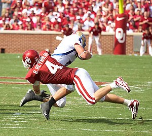 English: Oklahoma Sooners linebacker Ryan Reyn...