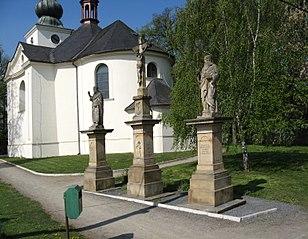 Dvě sousoší Ukřižování, dva krucifixy