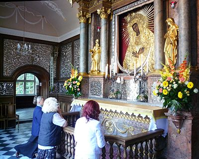 Praying to Our Lady of the Gate of Dawn in Lithuania. Ostrabrama-prayer.jpg