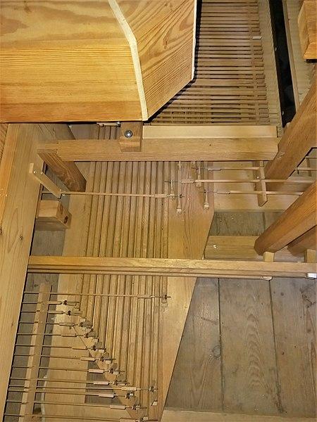 Datei:Ottobrunn, Kath. St. Otto (Kerssenbrock-Orgel, Mechanik) (3).jpg