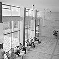 Overzichtsfoto van bovenaf genomen met studenten op stoelen (gevlochten leuning , Bestanddeelnr 255-2427.jpg