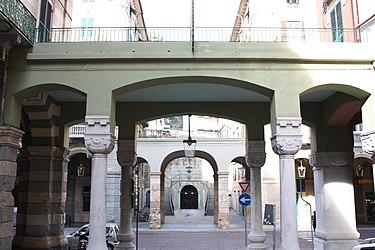 Palazzo dei Pavoni archway, Savona 2.jpg