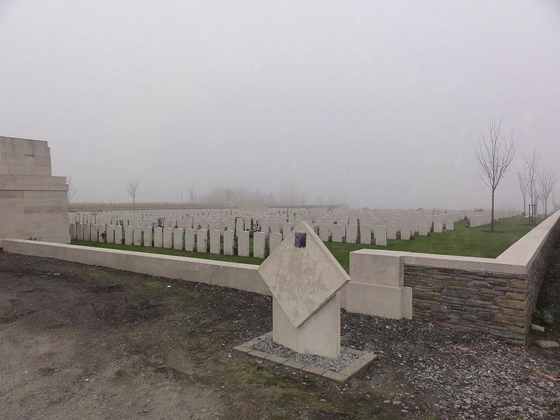 """Passchendaele New British Cemetery in Passendale en provinciale naamsteen 1914-1918 """"Eindoffensief Passendale"""" Passchendaele New British Cemetery and provincial name stone 1914-1918 """"Eindoffensief Passendale"""" in Passendale. Passendale, Zonnebeke, West Flanders, Belgium"""