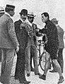 Paul Dangla, pour son premier record du Monde de l'heure au Parc des Princes (81,108 kilomètres le 16 août 1903), discutant avec les officiels.jpg