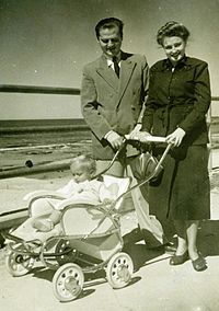 PikiWiki Israel 4062 A pair of immigrants and a child.jpg