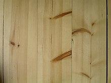 Сравнение древесины сосны и ели: обе левые доски из сосны, а правая — еловая.