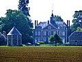 Plasnes (Eure, Fr) La Mitaterie, château avec pigeonnier, vue de loin.JPG