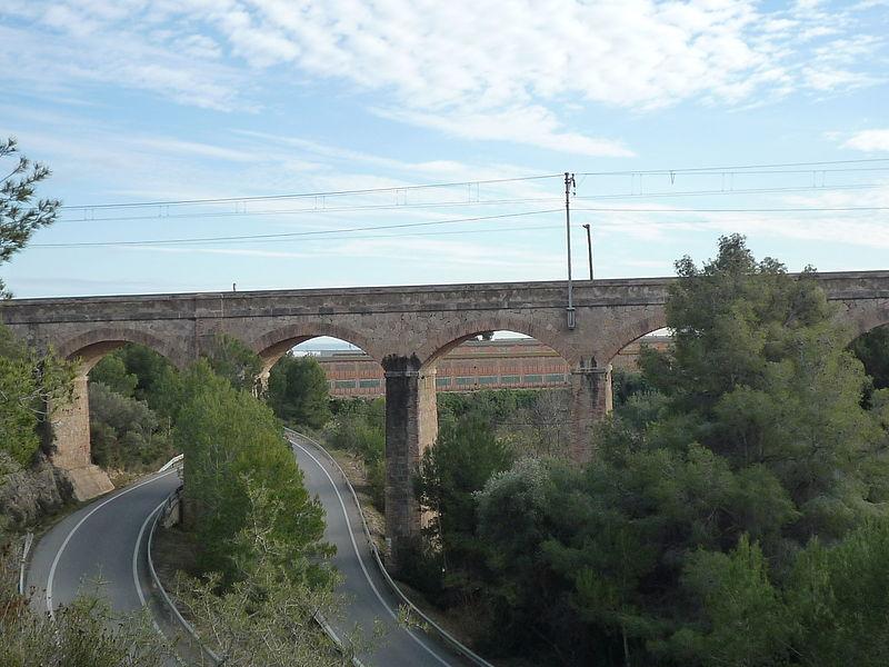 File:Pont del ferrocarril a Roda de Berà (1).JPG