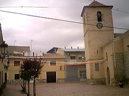 Plaza del pueblo con la iglesia