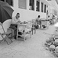 Publieke schrijvers zitten met een typemachine achter een tafel op het trottoir , Bestanddeelnr 255-1835.jpg