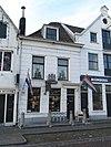 foto van Kwakkelstein: winkel met bovenwoning, stoep, hek