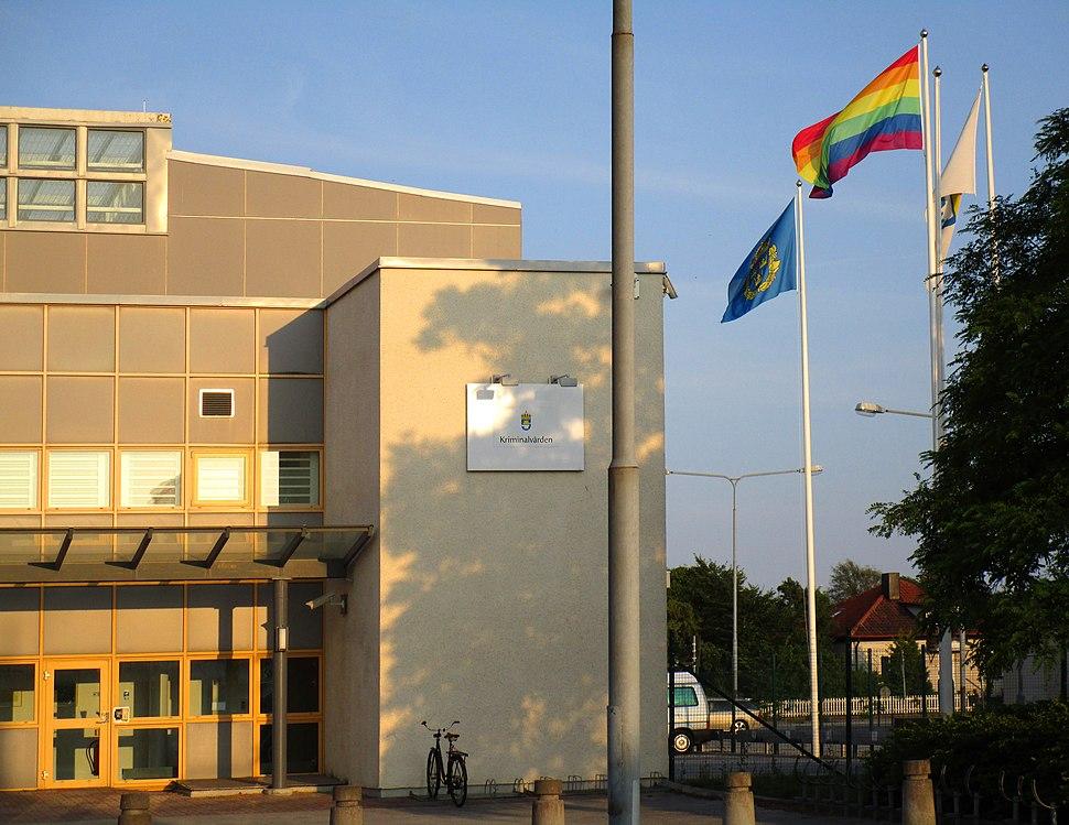 Regnbågsflaggan utanför Visby Polishus under Stockholm Pride 2014 (1)