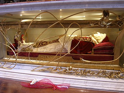 The body of John XXIII in the altar of Saint Jerome Reliquienschrein Papst Johannes XXIII. - Petersdom 1.JPG