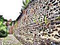 Reste de la muraille médiévale, place de la révolution.jpg