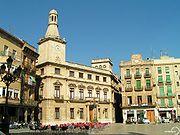 La plaça Mercadal amb l'ajuntament al fons