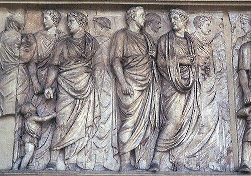 Svečani ophod, detalj sa Ara Pacis, 22.-43. g., mramor, Villa Medici, Rim. Primjer klasične rimske umjetnosti.
