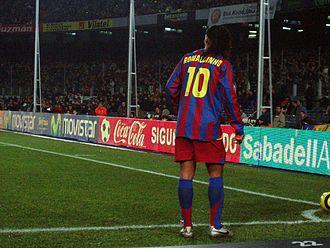 Ronaldinho - Ronaldinho taking a corner against Celta de Vigo at the Camp Nou in 2005