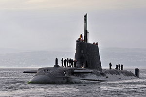 Royal Navy Submarine HMS Astute Zwraca się HMNB Clyde MOD 45153733.jpg