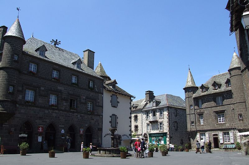 Villes et villages de charme du Cantal 800px-Salers_-_H%C3%B4tel_de_Ville_et_maison_baillage
