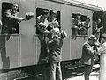 Saluto dal treno dei militari alle famiglie.jpg