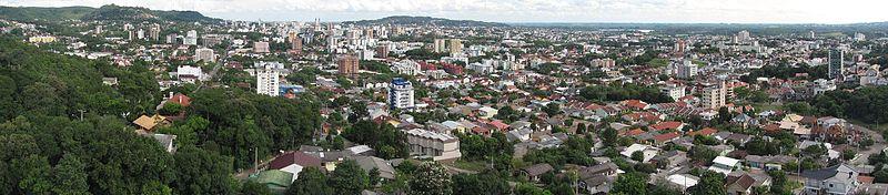 8288efe68b0b Panorama da cidade em 2017, tirado da zona norte da cidade. Ao fundo à  esquerda, pequena parte do Cinturão Verde, área de preservação ambiental.