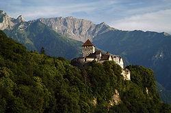 O Castelo de Vaduz, residência medieval onde se sediou a família de Liechtenstein, uma das mais antigas da Europa.