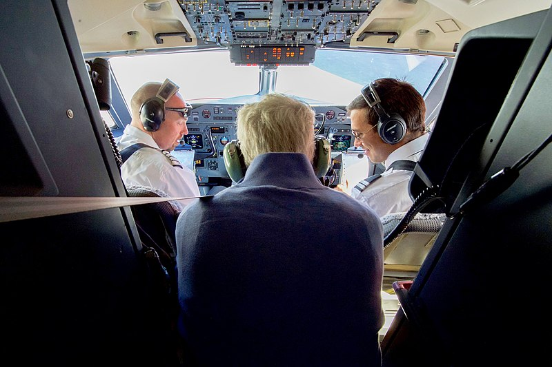 File:Secretary Kerry Sits in the Cockpit of a Plane at Kangerlussuaq International Airport (27680772701).jpg