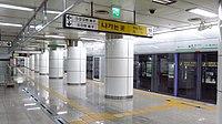 Seoul-metro-211-3-Yongdu-station-platform-20181122-105806.jpg