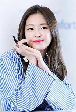 Son Na-eun at Duoback fansigning event, 5 March 2016 02.jpg