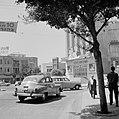 Stadsverkeer op een weg, een bioscoop (Moghrabi Theatre) op de achtergrond, Bestanddeelnr 255-1769.jpg