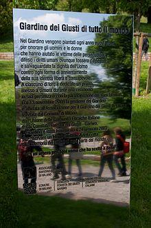 Milano: Stele posta all'ingresso del Giardino dei Giusti di tutto il mondo