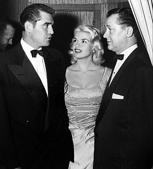 Jayne Mansfield in popular culture - Jayne Mansfield with Steve Cochran and Ed Wynne, the owner of Harwyn Club in New York (1957)