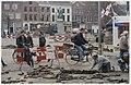 Stratenmakers aan het werk op de Grote Markt, nabij de Lepelstraat, ziende naar het noordoosten. NL-HlmNHA 54036934.JPG