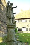 foto van Sint-Michaëlkerk: Beeld van H. Michaël