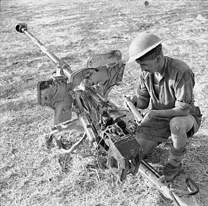 2.8 cm sPzB 41 - A British soldier examines a captured sPzB 41 anti-tank gun, Sicily, 1943