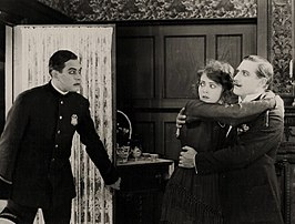 Rupert Julian (rechts) in The Fire Flingers (1919)