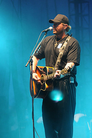 Toby Keith performs for soldiers and families ...