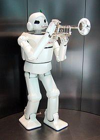 Robot humanoid memainkan trompet
