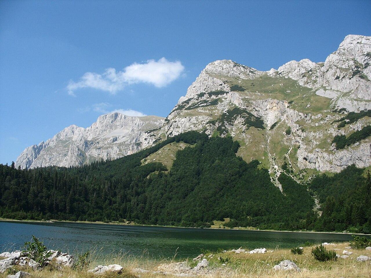 Gunung Maglić (dari danau Trnovacko di Montenegro)